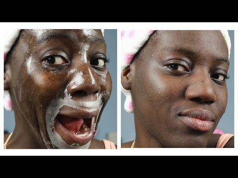Le maschere e la faccia strofinano con lo spazzolone in bagni