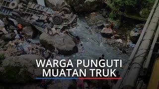Warga Ramai-ramai Punguti Susu Muatan Truk yang Terjun ke Sungai di Sitinjau Lauik Padang