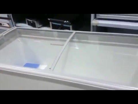Congelador horizontal con puertas correderas de cristal. Diseño curvo.