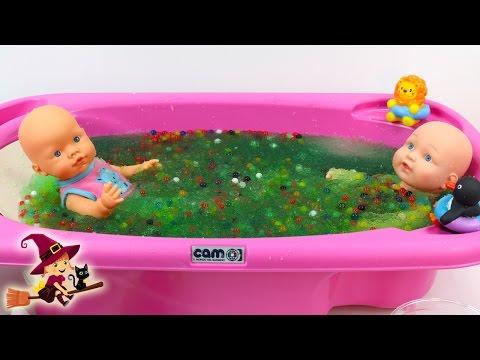 La Bebé Juega en la Bañera Llena de Gelli Baff