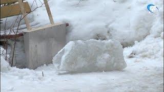 С дома №28 по улице Октябрьская свалилась ледяная глыба вместе со снегом и куском снегозадержателя