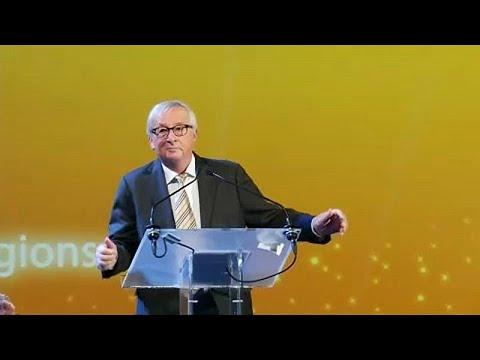 """""""Tančící král"""" Juncker rozesmál publikum: U řečnického pultu parodoval premiérku Mayovou"""