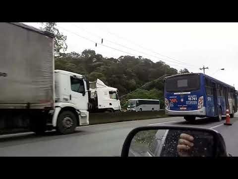 Carreta faz L em frente ao Agro pança em São Lourenço da Serra