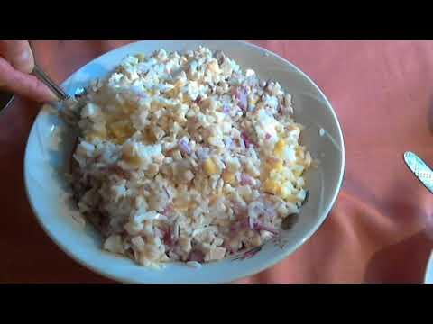 Праздничный салат из кальмаров с кукурузой.