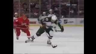 Смотреть онлайн Хоккеиста сбивает вратарь и тот делает сальто в воздухе