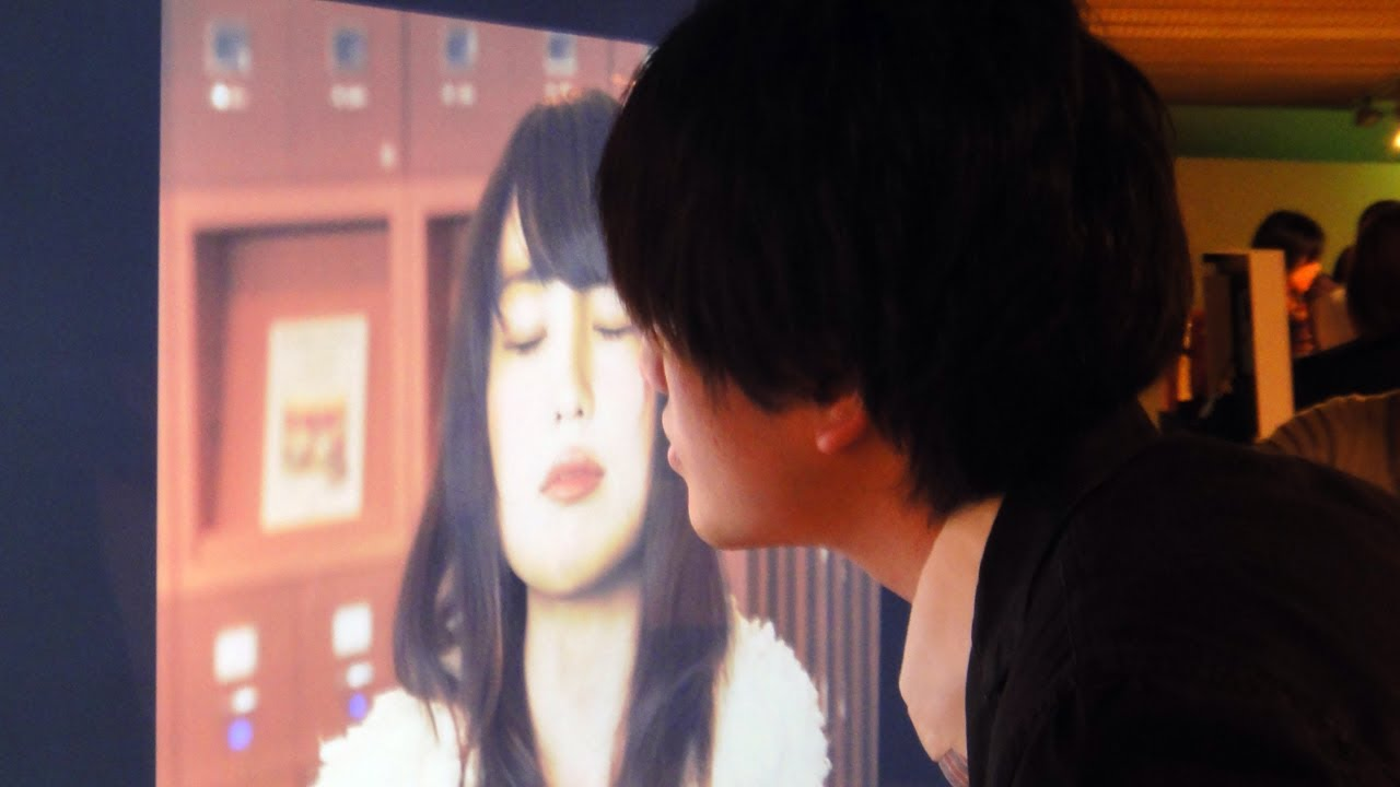 Posters That React To Being Kissed Are The Worst Idea Ever
