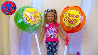 ВЗРЫВАЕМ Огромный Чупа Чупс с СЮРПРИЗАМИ Видео для детей Распаковка Giant Chuppa Chups Lollipops