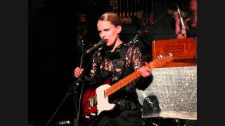 """Suzanne and I"" Anna Calvi (live)"