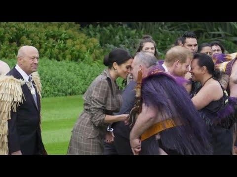 العرب اليوم - الأمير هاري وزوجته ميغان يؤديان تحية
