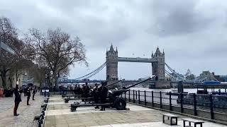 Британские военные дали 41 пушечный залп в память о принце Филиппе. Видео