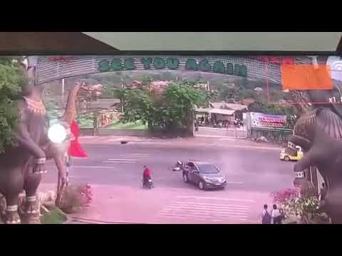 Kinh hoàng cảnh xe máy phóng tốc độ cao, tông thẳng vào ô tô đang quay đầu
