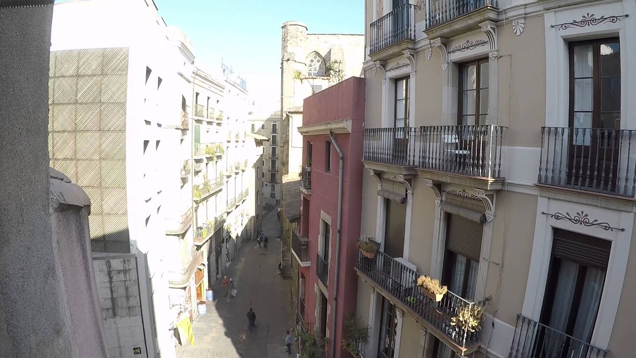 Large rooms in 4 bedroom apartment on Las Ramblas street - students or professionals only