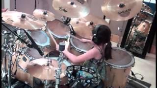 Talentovaná holčička hraje na bicí