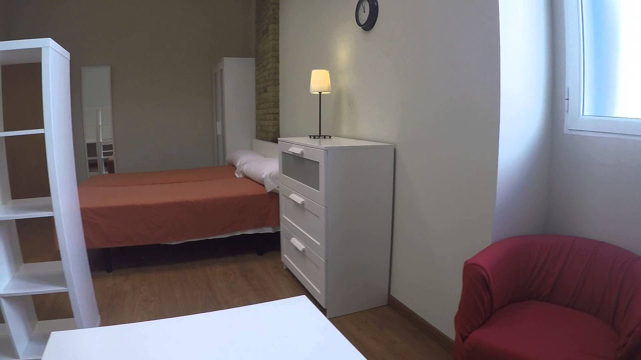Well furnished, couple-friendly rooms for rent in 3 bedroom apartment in Old Town Valencia