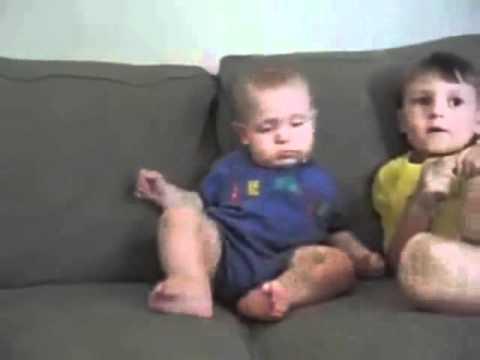 תינוק שלא יודע אם לישון או להתעורר