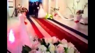 Gelin ile damat salona girerken açan harika çiçekler