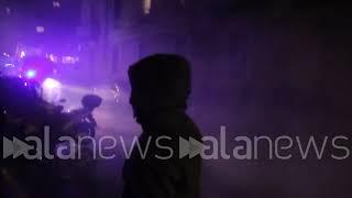 Tensione al corteo antifascista, scontri e lacrimogeni