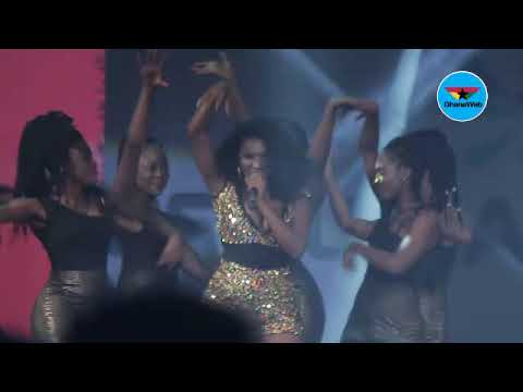 Video: Wendy Shay nearly shows 'boobs' on stage while performing
