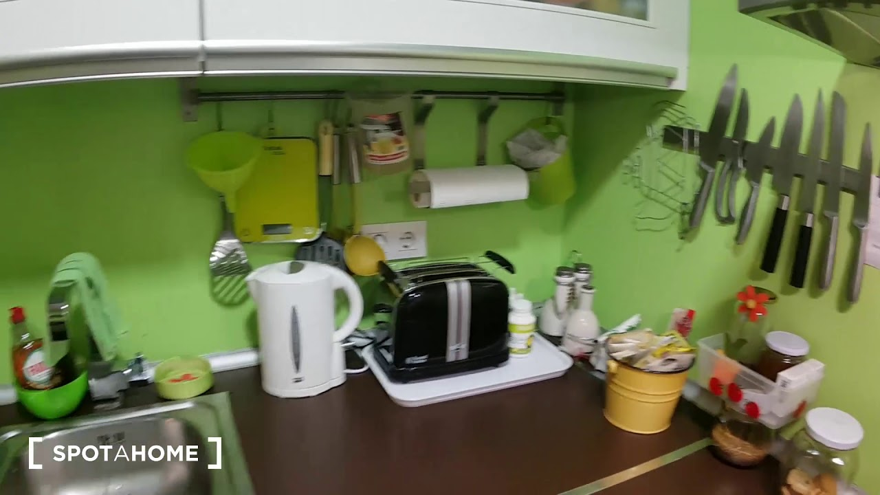 Furnished room for rent in 2-bedroom apartment in Fuencarral