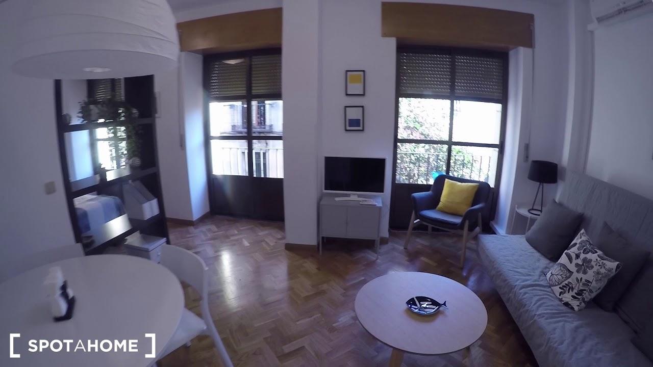 Bright studio apartment with balconies for rent in La Latina