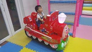 Bé đi chơi nhà banh, ngồi xe lửa Thomas, chơi tô màu