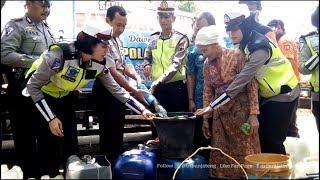 Ratusan Jeriken Dijejer Sepanjang Gang Antre Air Bersih Bantuan Polres Kendal
