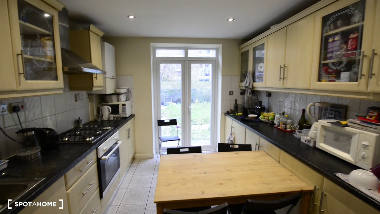 Double bed in Rooms to rent in spacious 4-bedroom apartment in Tower Hamlets