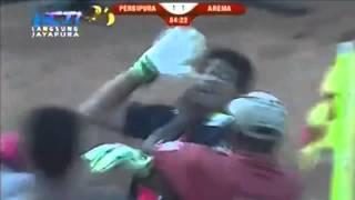 PERSIPURA VS AREMA 21  Kurnia Meiga DICEKIK Panitia Sepak Bola Persipura 21 Oktober 2014