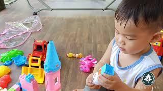 Bé có đồ chơi mới | review new toys