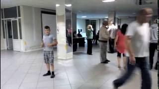 пацан прикольно танцует