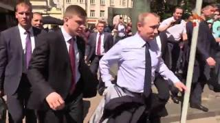 Путин обнял и поцеловал туристку на Арбате