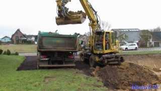 Liebherr 900 Beim Ausheben Einer Baugrube Mit Schwenkbarem Grabenlöffel Belädt LKW(2014)