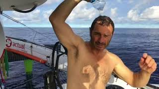 Douche sur l'atlantique à bord d'Actual Ultim
