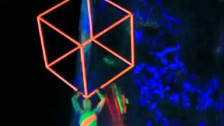 силовой жонглер кубом в УФ