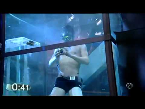 RECORD GUINESS: ¡David Calvo hace cuatro cubos de Rubik bajo el agua!