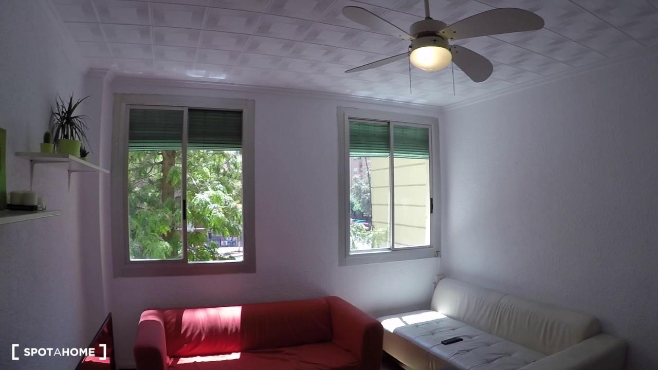 Sunny room with desk in 4-bedroom apartment, Algirós