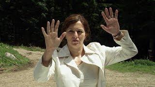 女子走在野外,竟突然落下一道透明墙,墙外的人统统被凝固!