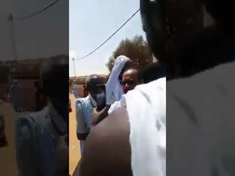 بالفيديو.. لحظة مصادرة مفوض شرطة بتلميت هواتف نشطاء التكتل