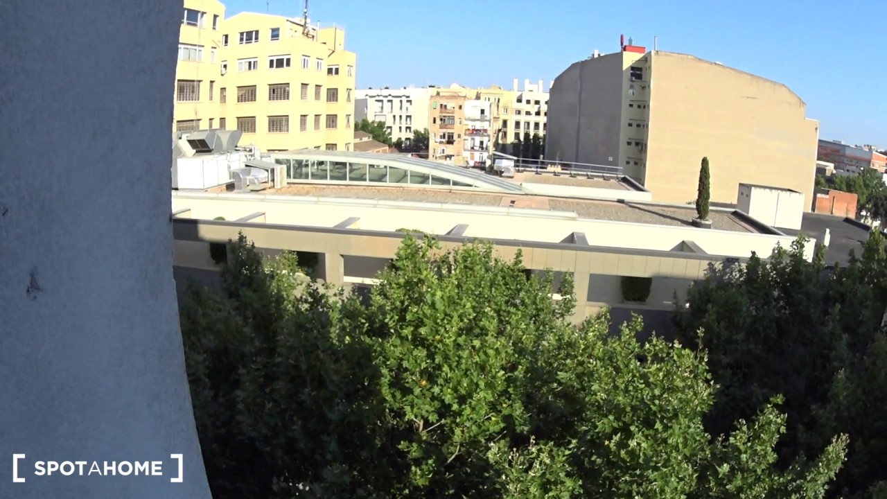 Rooms for rent in sunny 7-bedroom apartment with balcony in Poblenou
