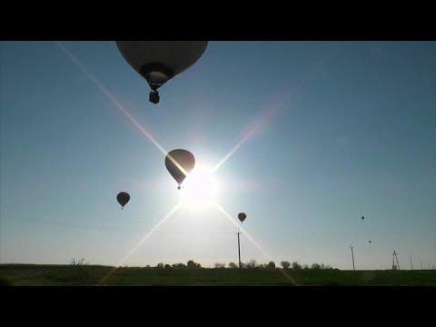 العرب اليوم - مناطيد الهواء الساخن تحلق فوق سهول القرم الخضرا