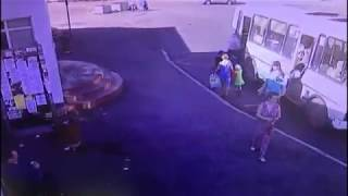 Автобус в Норильске зацепив за ногу маленькую девочку протащил её по дороге