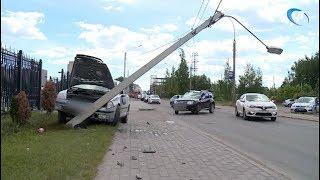 В Великом Новгороде водитель легковушки врезался в столб, уходя от другого столкновения
