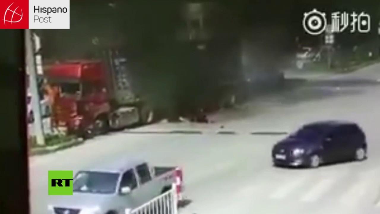 Camión pierde el control y termina envuelto en llamas en China