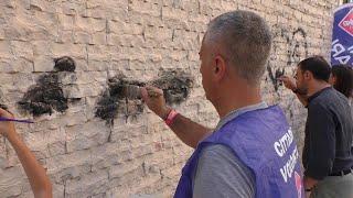 """Bari, i volontari cancellano la pistola disegnata davanti alla Cattedrale: """"Dedicato a Borsellino"""""""