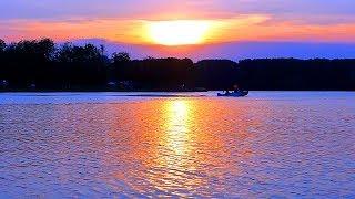 Красивый Яркий Закат. Катер на Фоне Заката. Лето, Вечер, Закат, Вода, Катер. Футажи для видеомонтажа