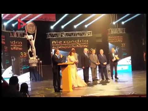 لحظة تكريم خالد يوسف في مهرجان الإسكندرية السينمائي