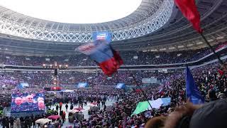 """В.В. Путин на митинге  """"За сильную Россию""""  в Лужниках поет гимн России со всем стадионом."""