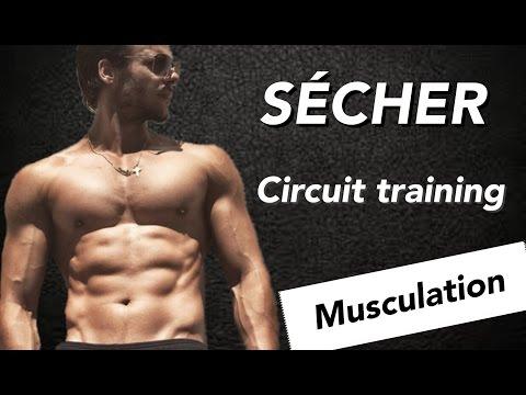 Le masseur sur tout le groupe des muscles