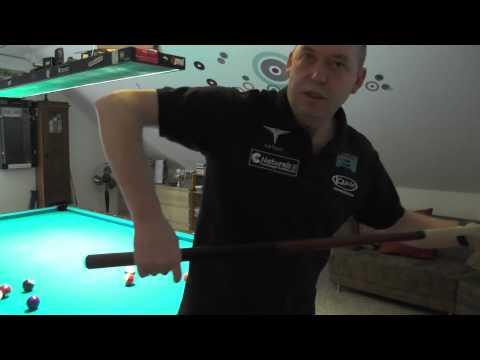 Billardtraining - Tom Damm, B-Lizenz-Trainer, erklärt den Griff beim Poolbillard