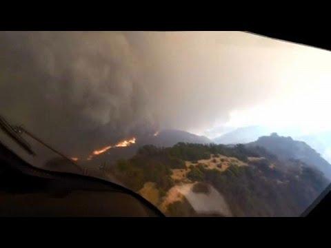 العرب اليوم - شاهد : عملية إنقاذ على قمة تلال كاليفورنيا المحروقة